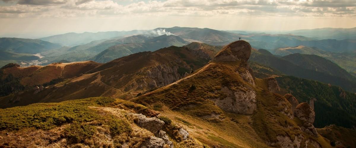 Člověk na vrcholu hory jako symbol psychické síly, ke které Vám může dopomoci psycholog Praha.