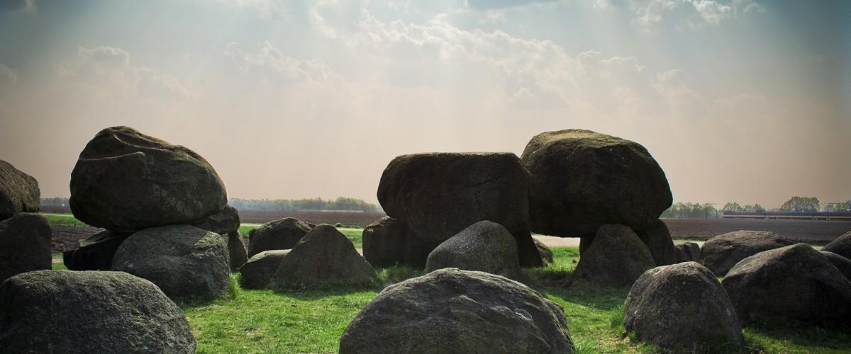 Těžké kameny jako symbol tíhy traumatu, které může řešit psycholog Praha.